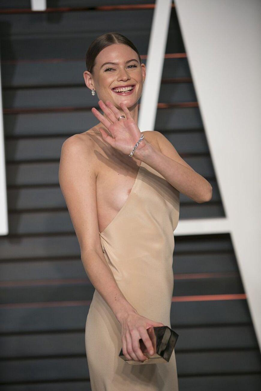 Eva lawrence zeigt ihre großen brüste foto 1