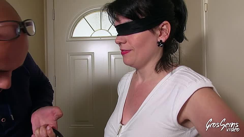 Frau mit verbundenen augen überraschung mmf foto 1