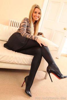 Hausfrau elise in glänzenden strumpfhosen foto 2