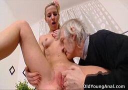 Novinha russa pagando um boquete delicioso
